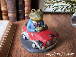 <img class='new_mark_img1' src='https://img.shop-pro.jp/img/new/icons48.gif' style='border:none;display:inline;margin:0px;padding:0px;width:auto;' />Vintage Driving Frog Figure by CROWN STAFFORDSHIRE