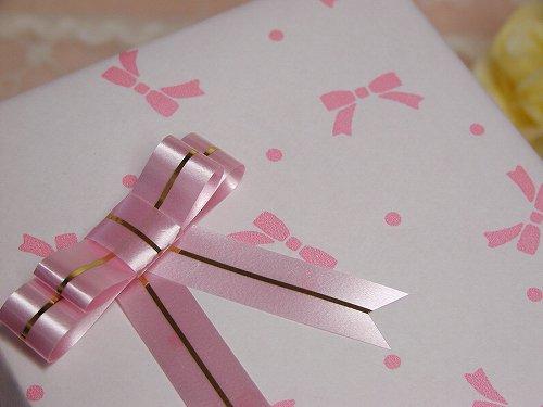ラッピング ピンクリボン柄の画像