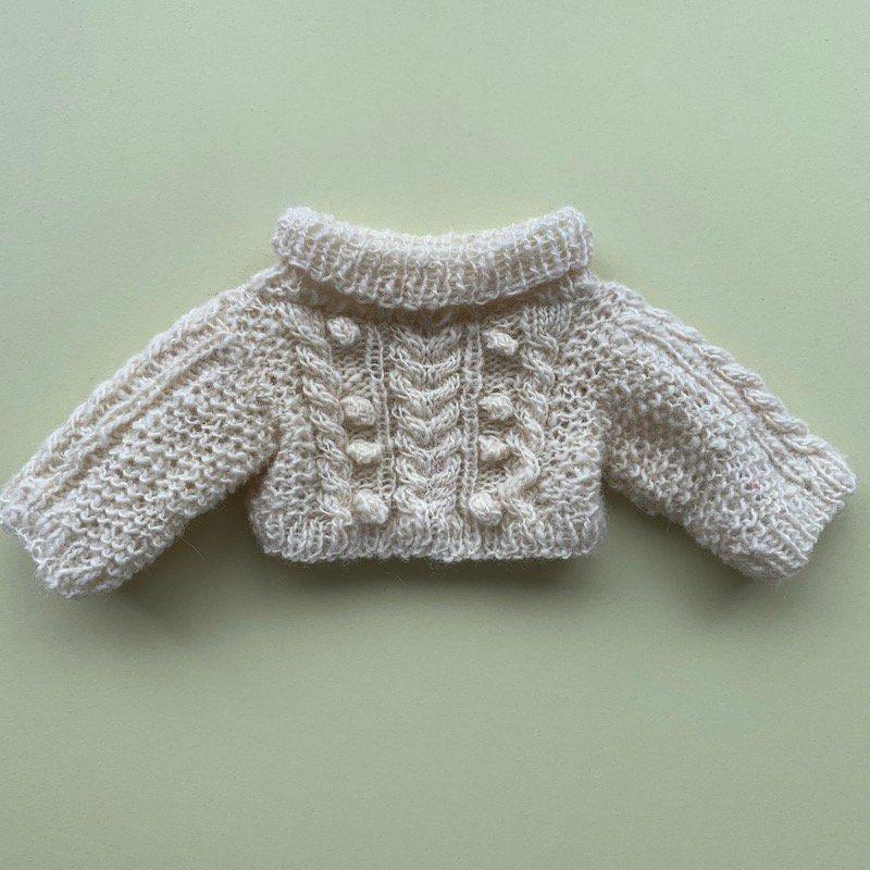 ケーブル編みタートルネックセーター