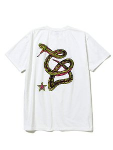 <img class='new_mark_img1' src='https://img.shop-pro.jp/img/new/icons1.gif' style='border:none;display:inline;margin:0px;padding:0px;width:auto;' />CALEE (キャリー) Stretch snake logo t-shirt (ストレッチ S/S Tシャツ) White