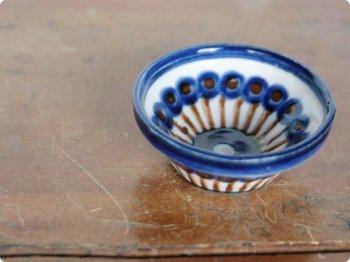 青と茶色の陶器の小皿