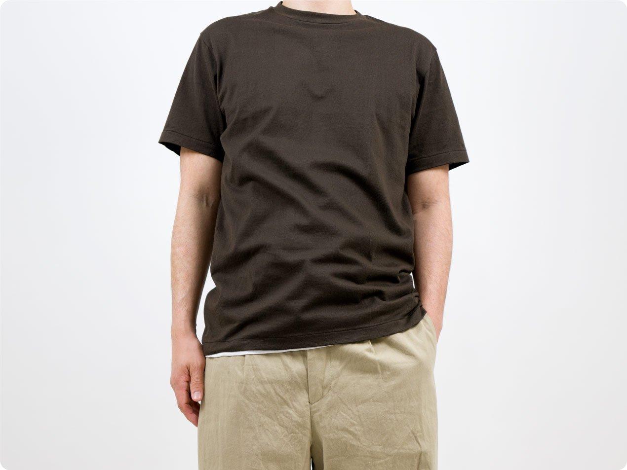 YAECA STOCK 丸胴シルクタッチ 半袖Tシャツ DARK BROWN 〔メンズ〕