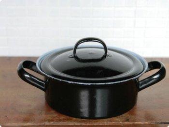 黒の両手鍋