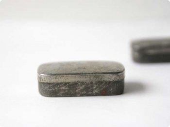 ブリキの小さな四角缶 02