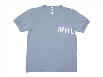 MHL. PRINTED JERSEY LOGO T 112BLUE GRAY 〔メンズ〕