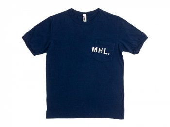 MHL. PRINTED JERSEY LOGO T 120NAVY〔メンズ〕