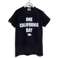 【ONE CALIFORNIA DAY - LOGO PRINT TEE】- プリントTシャツ
