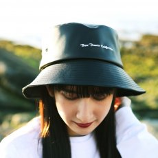<img class='new_mark_img1' src='https://img.shop-pro.jp/img/new/icons12.gif' style='border:none;display:inline;margin:0px;padding:0px;width:auto;' />【ECO LEATHER BUCKET HAT】エコレザーバケットハット